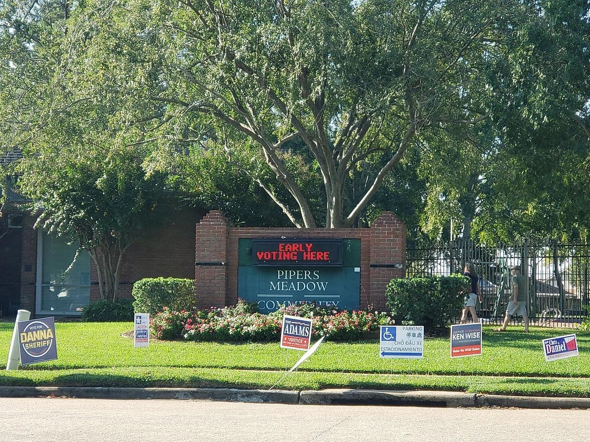 Cảnh vắng vẻ tại một điểm bỏ phiếu sớm tại thành phố Houston, bang Texas, hôm 15/10. Điểm bỏ phiếu đặt cả bảng hướng dẫn đỗ xe bằng tiếng Việt cho cử tri gốc Việt. Ảnh: Nhân vật cung cấp.