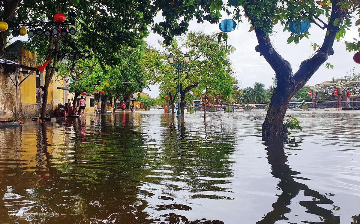 Đường Bạch Đằng, bên sông Hoài, TP Hội An ngập 30 cm sáng 17/10. Ảnh: Đắc Thành.