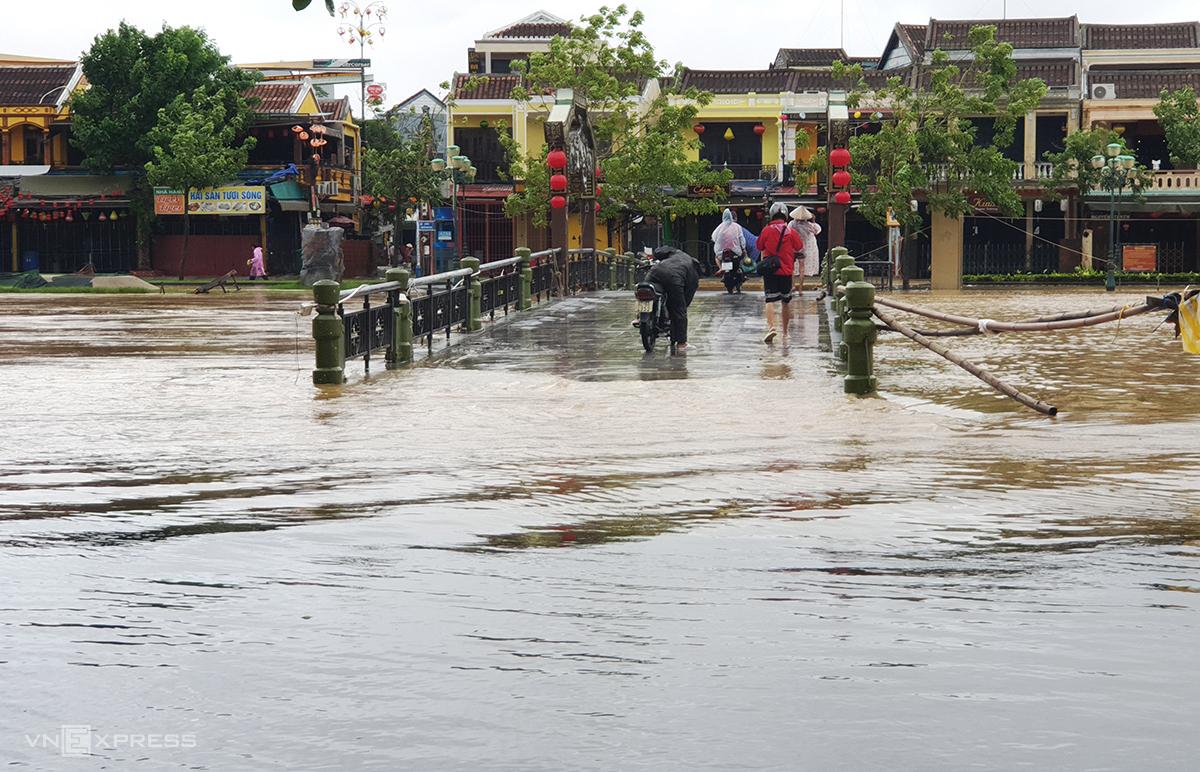 Nước lũ tràn qua cầu An Hội, bắc qua sông Hoài, TP Hôi An sáng 17/10. Ảnh: Đắc Thành.
