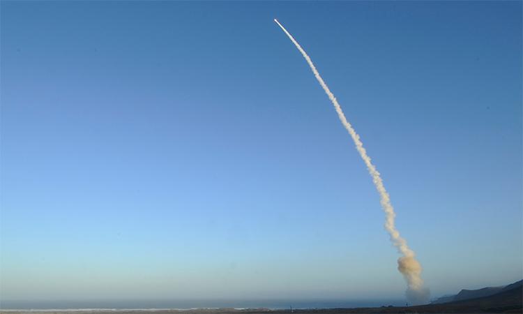Mỹ phóng thử tên lửa đạn đạo xuyên lục địa Minuteman III tại căn cứ không quân Vandenberg hồi năm 2013. Ảnh: USAF.