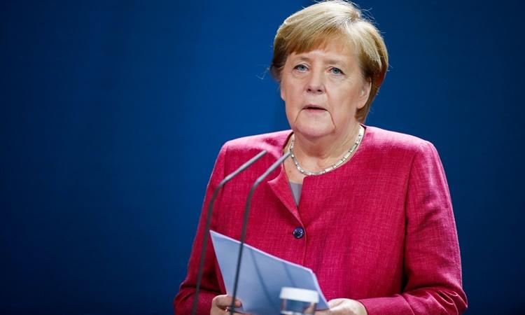 Thủ tướng Đức Angela Merkel ra thông báo trước truyền thông ở Berlin ngày 9/10, sau cuộc họp trực tuyến với các thị trưởng thành phố. Ảnh: Reuters.