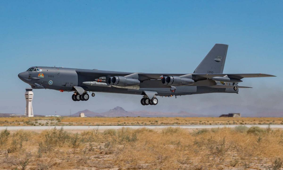Máy bay B-52 mang hai mô hình tên lửa siêu vượt âm AGM-183A dưới cánh hôm 8/8. Ảnh: USAF.