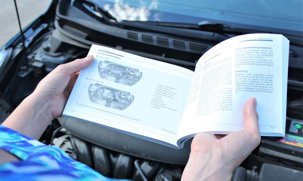 Không ít người sở hữu xe hơi chỉ mở sách hướng dẫn sử dụng khi gặp tình huống rắc rối cần tìm hiểu để sửa chữa. Ảnh: The News Wheel