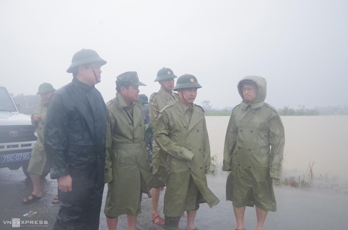 Ông Nguyễn Văn Bình (phải) cùng Thiếu tướng Nguyễn Văn Man đi ứng cứu lũ lụt tại Phong Điền, chiều 11/10. Ảnh: Võ Thạnh