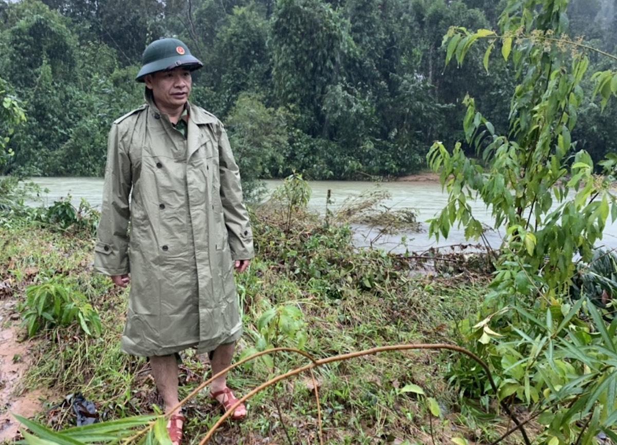 Thiếu tướng Nguyễn Hữu Hùng khi vừa vượt qua con suối chảy xiết trên đường vào Rào Trăng 3. Ảnh: Xuân Hoa