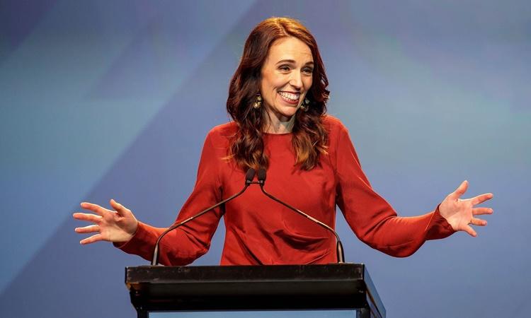 Thủ tướng New Zealand Jacinda Ardern phát biểu tại sự kiện ăn mừng chiến thắng bầu cử của đảng Lao động ở Auckland, ngày 17/10. Ảnh: Reuters.