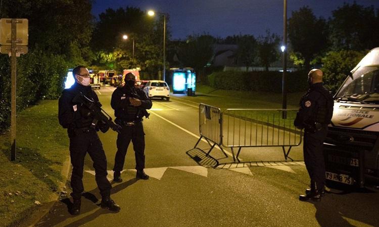 Cảnh sát Pháp phong tỏa hiện trường thầy giáo bị chặt đầu ở ngoại ô Paris hôm 16/10. Ảnh: AFP.