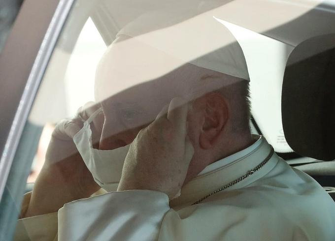 Giáo hoàng Francis đeo khẩu trang khi lên xe sau buổi tiếp kiến chung ở Vatican hôm 9/9. Ảnh: Reuters.