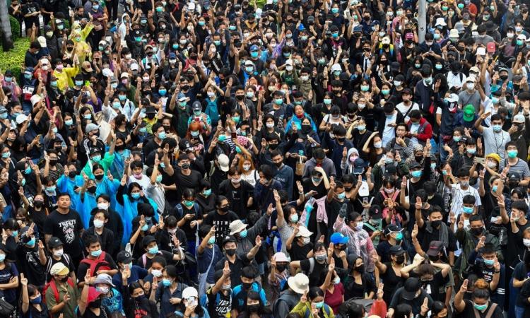 Người biểu tình Thái Lan tập trung ở Wongwian Yai, Bangkok, hôm nay. Ảnh: AFP.