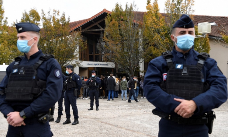 Cảnh sát đảm bảo an ninh gần hiện trường vụ tấn công ở Conflans St Honorine, ngoại ô Paris, Pháp, hôm 17/10. Ảnh: AFP.