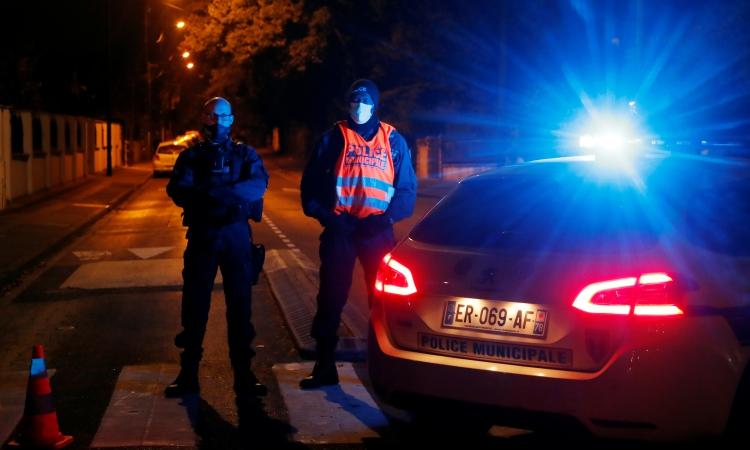 Cảnh sát đảm bảo an ninh gần hiện trường vụ tấn công ở Conflans St Honorine, ngoại ô Paris, Pháp, hôm 16/10. Ảnh: Reuters.