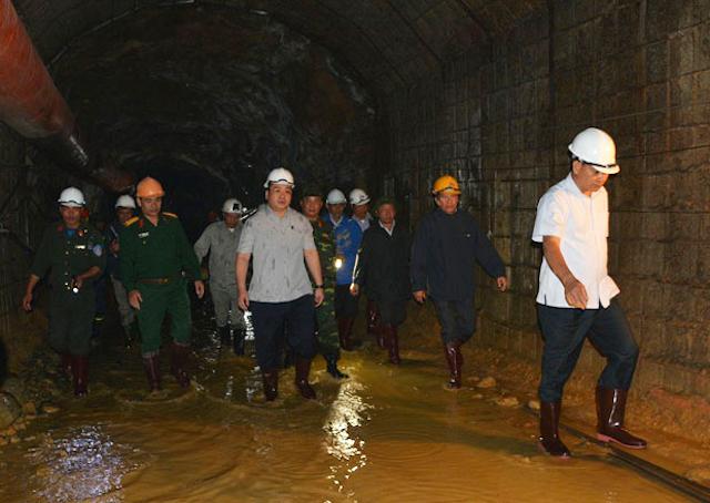 Đại tá Nguyễn Hữu Hùng (mũ vàng bên trái) năm 2014, cùng Phó thủ tướng Hoàng Trung Hải (giữa) kiểm tra hầm thủy điện Đạ Dâng. Ảnh: PV