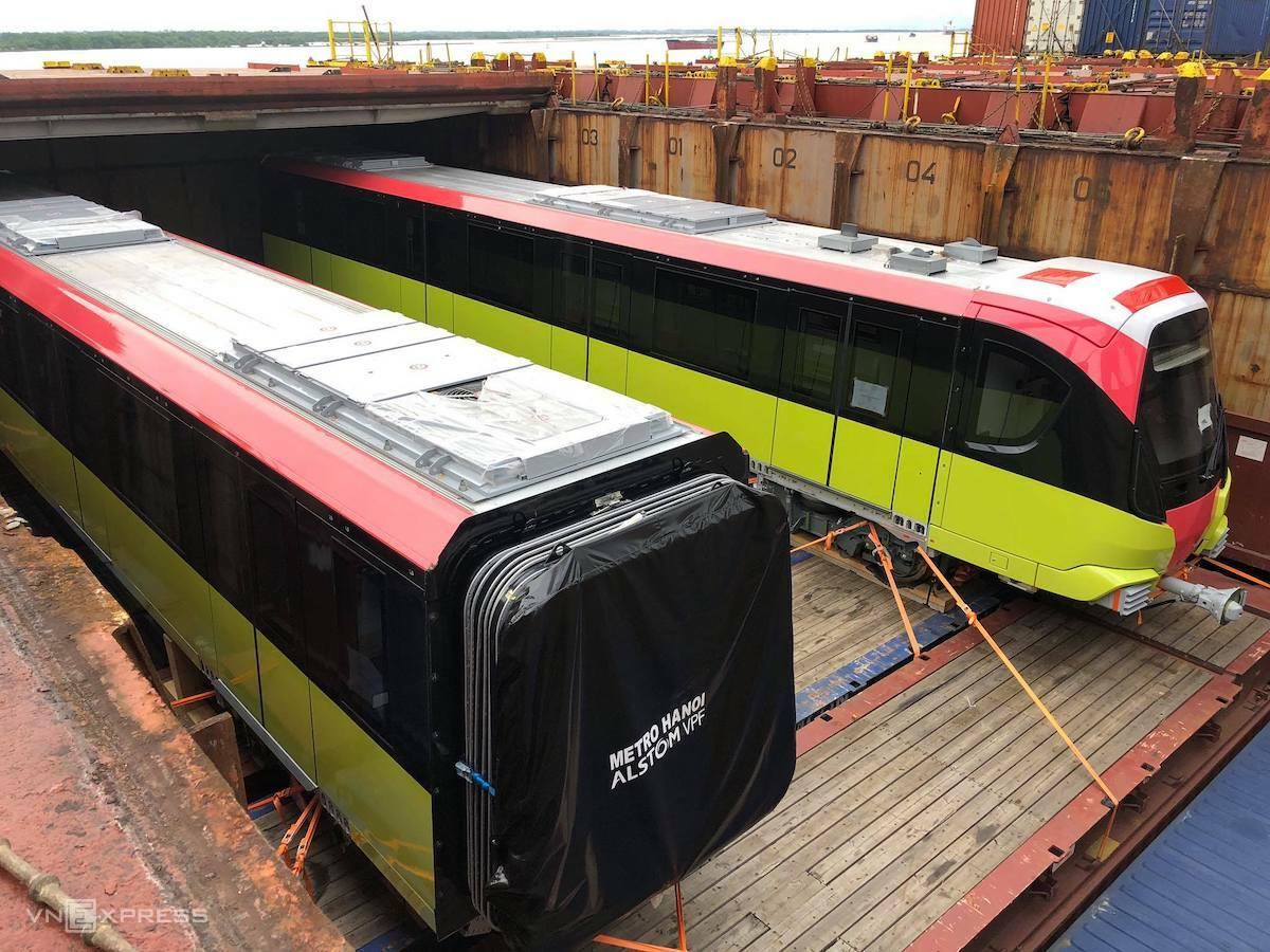 Đoàn tàu metro có ba màu xanh lá mạ, hồng đỏ và trắng tại cảng Hải Phòng, sáng 18/10. Ảnh: Ngọc Thành