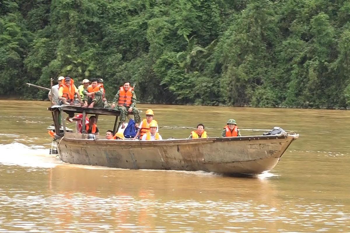 Bộ đội và công an theo đường thủy vào Rào Trăng 3 sáng 18/10. Ảnh: Trần Hồng