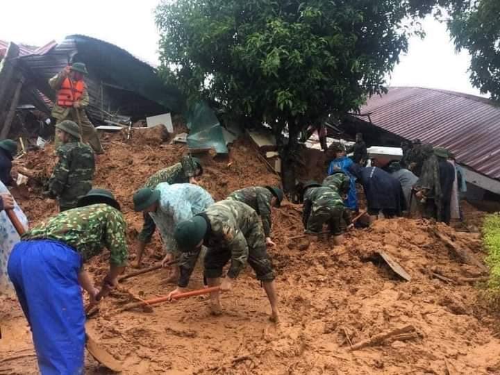 Bộ đội đào bới tìm kiếm người mất tích ở hiện trường. Ảnh: CTV