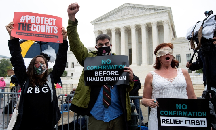 Người biểu tình đứng trước Tòa án Tối cao ngày 17/10, giơ biểu ngữ phản đối phê duyệt thẩm phán tối cao trước ngày bầu cử. Ảnh: AP.