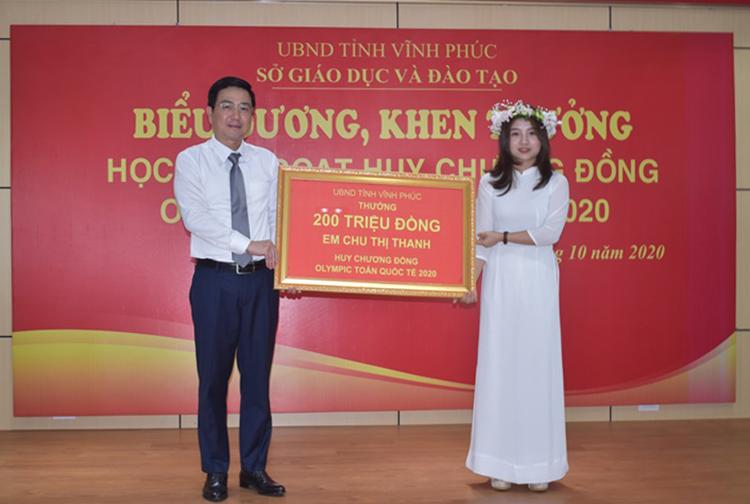 Chu Thị Thanh nhận thưởng 200 triệu đồng từ UBND tỉnh Vĩnh Phúc hôm 16/10. Ảnh: Báo Vĩnh Phúc.