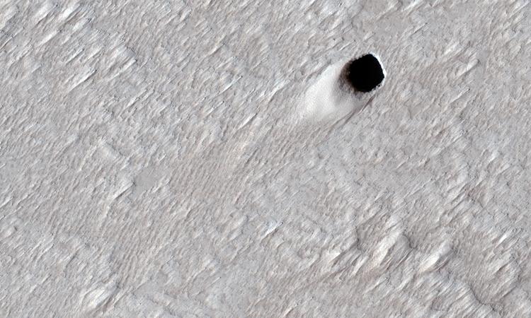 Miệng hang động dung nham rộng 50 m trên sao Hỏa. Ảnh: NASA.