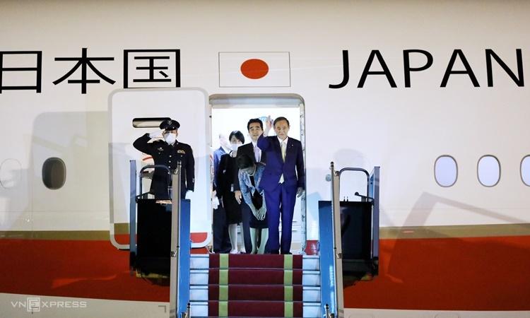 Thủ tướng Nhật Bản Suga và Phu nhân tại sân bay Nội Bài chiều nay. Ảnh: Ngọc Thành.