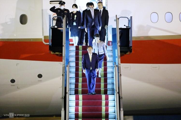 Thủ tướng Nhật Bản và Phu nhân bước xuống máy bay. Ảnh: Ngọc Thanh.