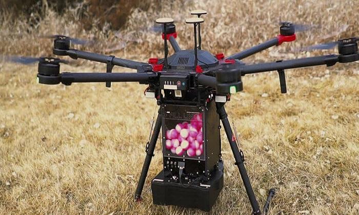 Drone thả bóng chữa cháy tạo ra lửa chặn ngăn đám cháy rừng lan rộng. Ảnh: Drone Amplified.
