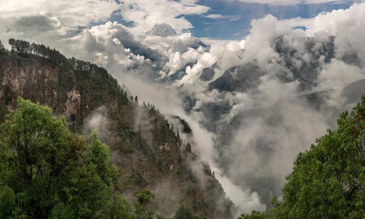 Dãy Himalaya ở Nepal vào mùa mưa. Ảnh: Getty.