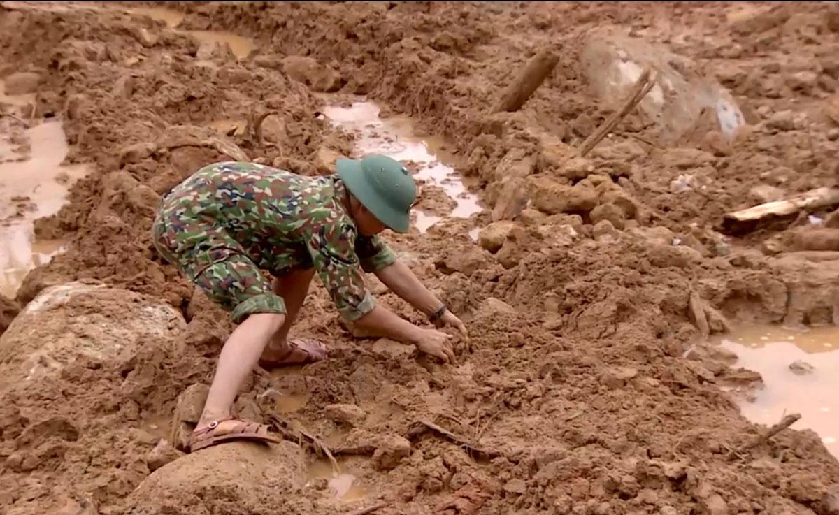 Chiến sĩ công binh dùng tay san gạt đất, tìm kiếm 13 người mất tích tại Trạm kiểm lâm 67. Ảnh: Xuân Hoa