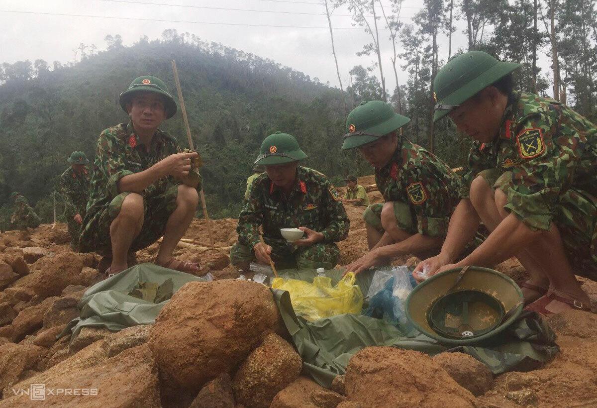 Bộ đội công binh tranh thủ ăn để tiếp tục tìm kiếm. Ảnh: Văn Thanh