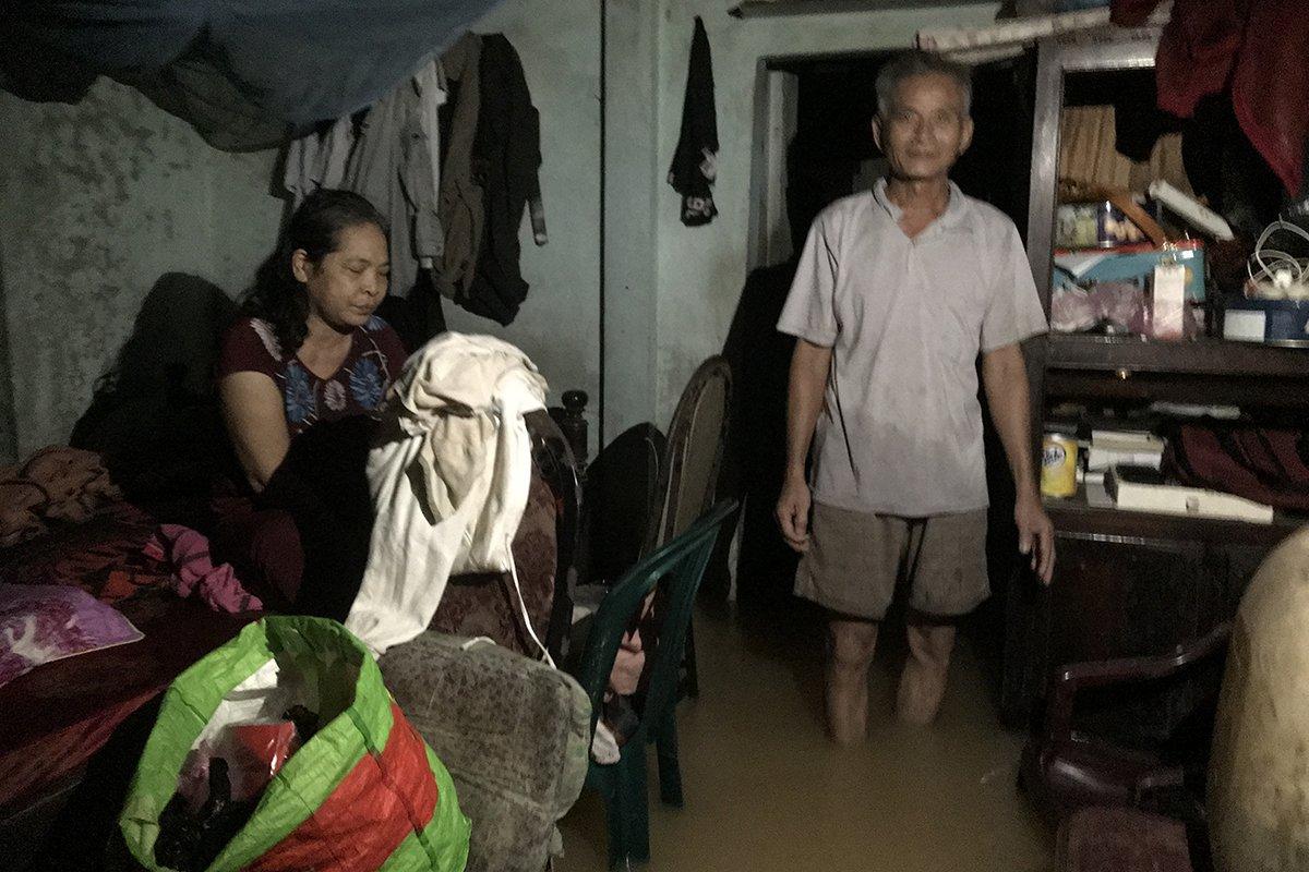 Vợ chồng ông Luơng đã 10 ngày nay chưa ra khỏi nhà vì nhiều điểm ngập sâu và nước lũ chảy xiết. Ảnh: Hoàng Táo