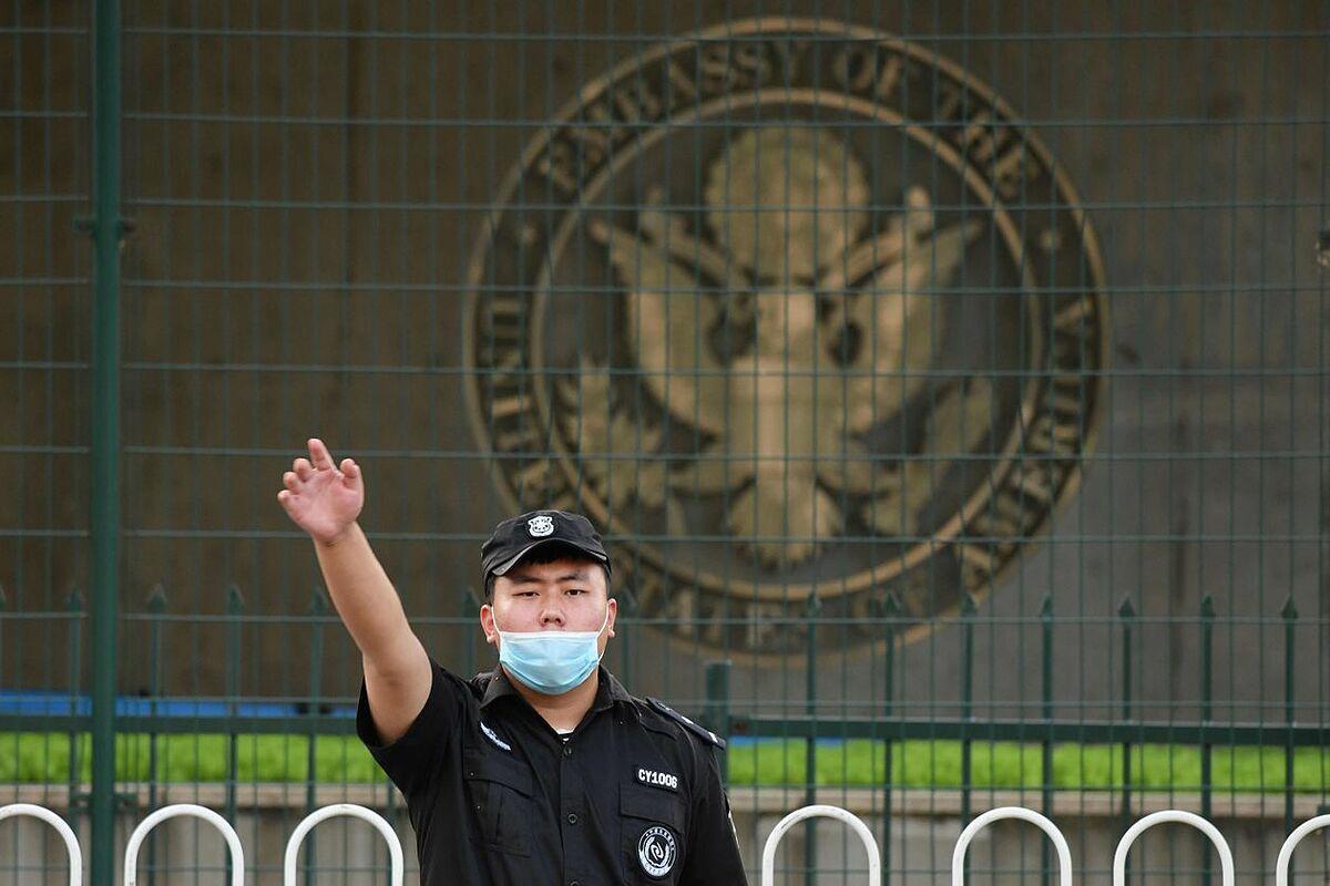 Một nhân viên an ninh bên ngoài Đại sứ quán Mỹ ở Bắc Kinh hồi tháng 9. Ảnh: AFP.