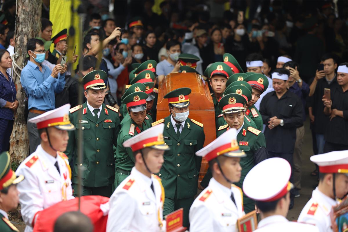 Linh cữu các liệt sĩ được đưa ra khỏi nhà tang lễ sau lễ truy điệu. Ảnh: Giang Huy