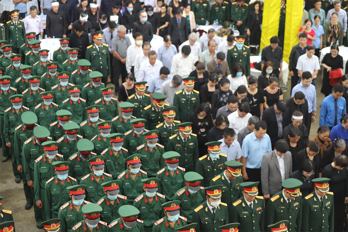 Rất đông chiến sĩ, người dân tới lễ viếng. Ảnh: Võ Thạch