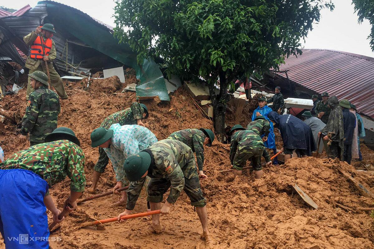 Lực lượng cứu hộ tìm kiếm các quân nhân vụ sạt lở đất đá ở huyện Hướng Hoá (Quảng Trị). Ảnh: CTV.