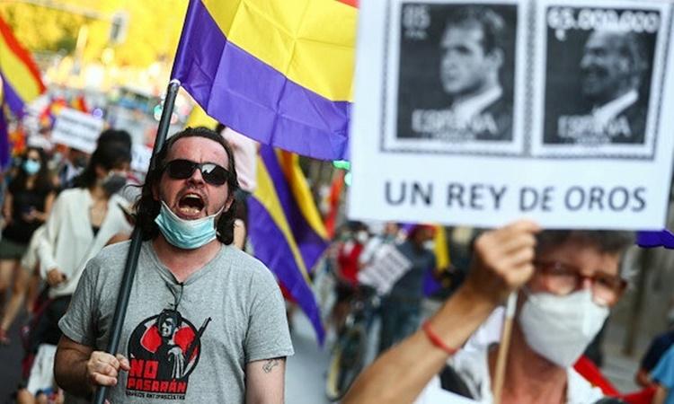 Một cuộc biểu tình phản đối cựu vương Juan Carlos ở Madrid, Tây Ban Nha, hồi tháng 7. Ảnh: Reuters.