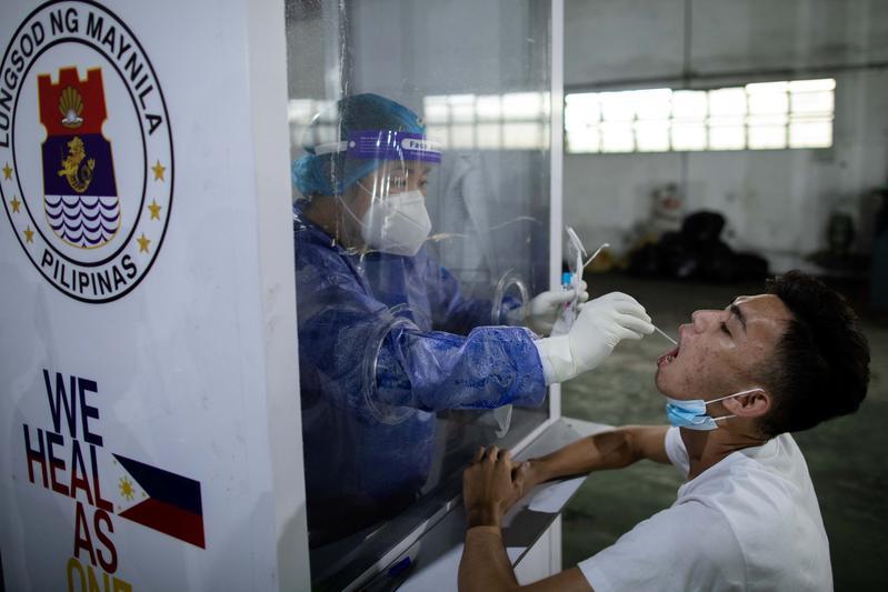 Nhân viên y tế lấy mẫu bệnh phẩm ở Philippines ngày 16/10. Ảnh: Reuters.