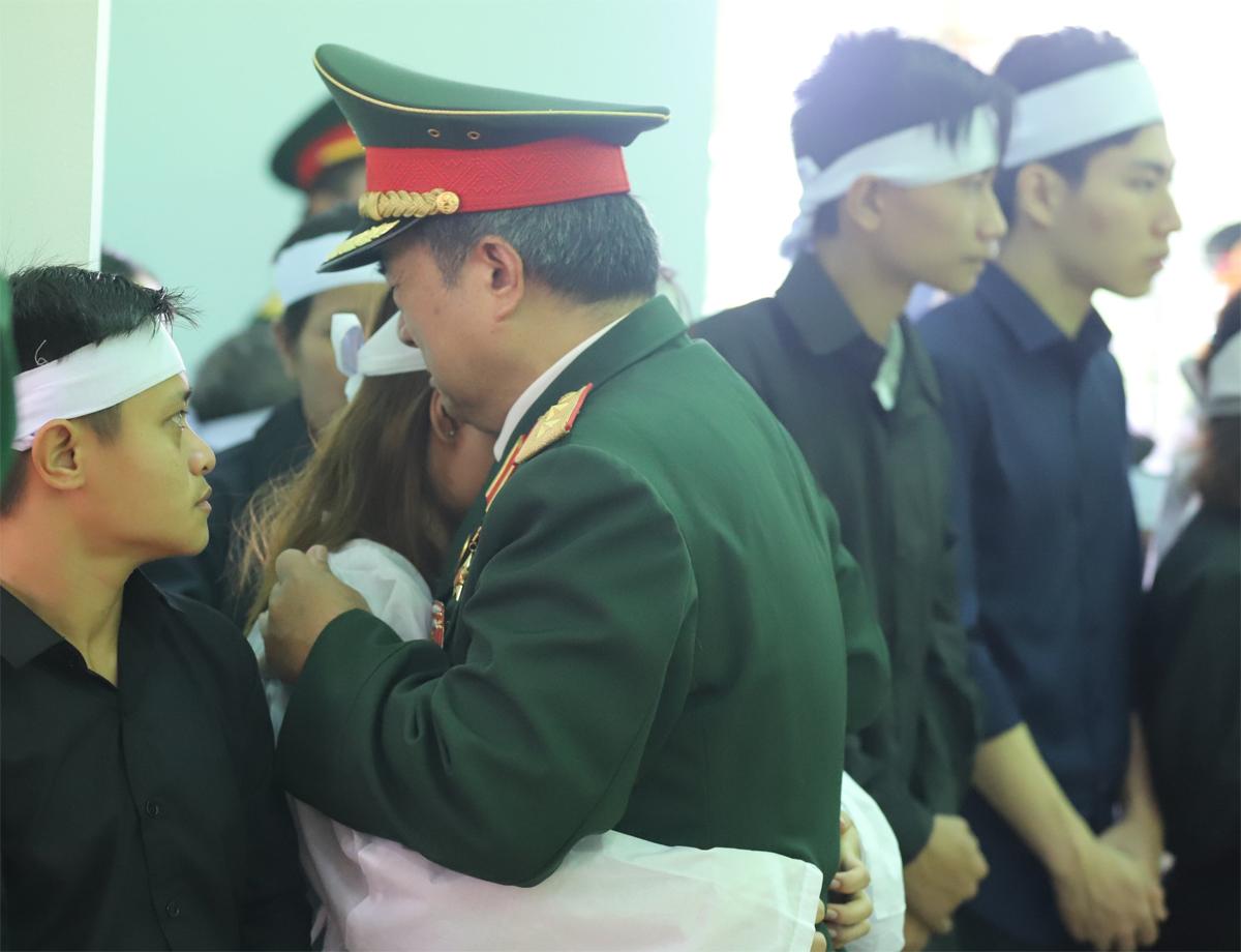 Trung tướng Đoàn Sinh Hưởng, nguyên Bộ tư lệnh Quân khu 4 chia sẻ sự mất mát với gia đình 13 liệt sĩ. Ảnh: Giang Huy