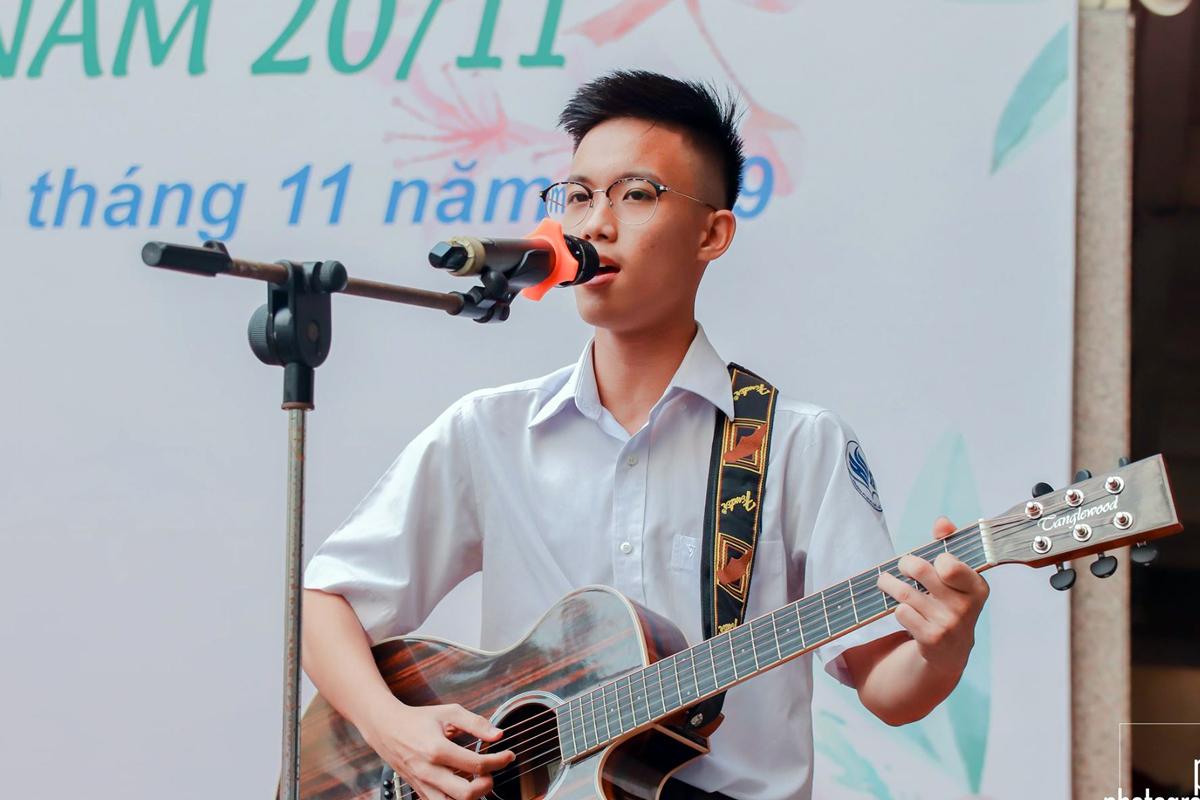 Võ Việt Phương trong một buổi văn nghệ tại trường Phổ thông Năng khiếu (Đại học Quốc gia TP HCM) tháng 11/2019. Ảnh: PTNK Photography Club.