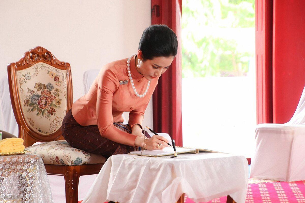 Hoàng quý phi Sineenat tại chùa Wat Supatanaram ở tỉnh Ubon Ratchathani, đông bắc Thái Lan, hôm 18/10. Ảnh: Royal Thailand Facebook.
