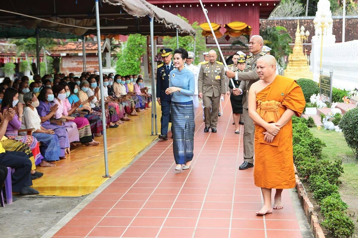 Hoàng quý phi Sineenat gặp gỡ các Phật tự tại chùa Phrathat Chaehaeng ở tỉnh Nan hôm 18/10. Ảnh: Royal Thailand Facebook.