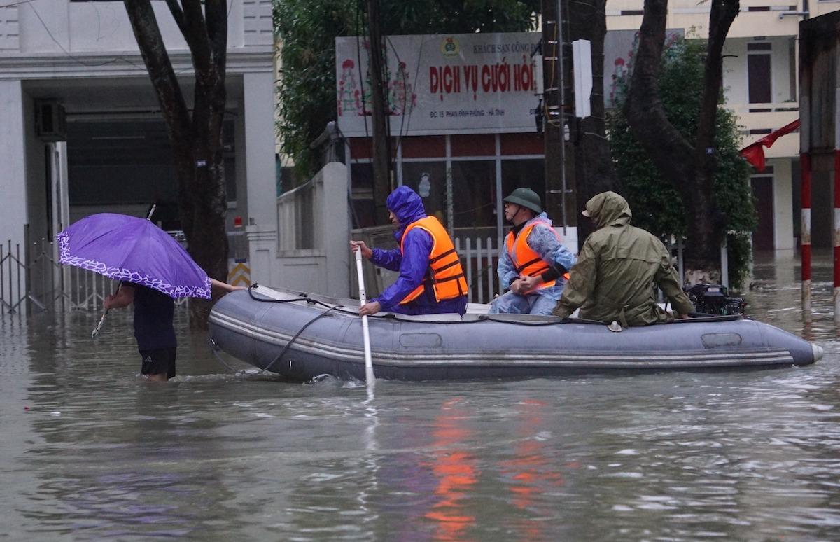 102 người chết, 160.000 nhà ngập do mưa lũ