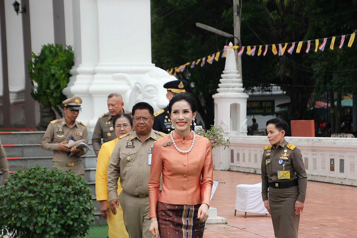 Hoàng quý phi Sineenat  thăm chùa Wat Supatanaram ở tỉnh Ubon Ratchathani, đông bắc Thái Lan, hôm 18/10. Ảnh: Royal Thailand Facebook.