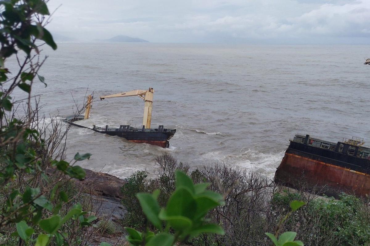 Tàu hàng Đài Loan bị sóng đ.ánh g.ãy đôi nằm dưới khu vực đèo Hải Vân. Ảnh: Vạn An