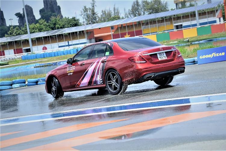 Xe Mercedes trong một bài tập tại trường đua Đại Nam.