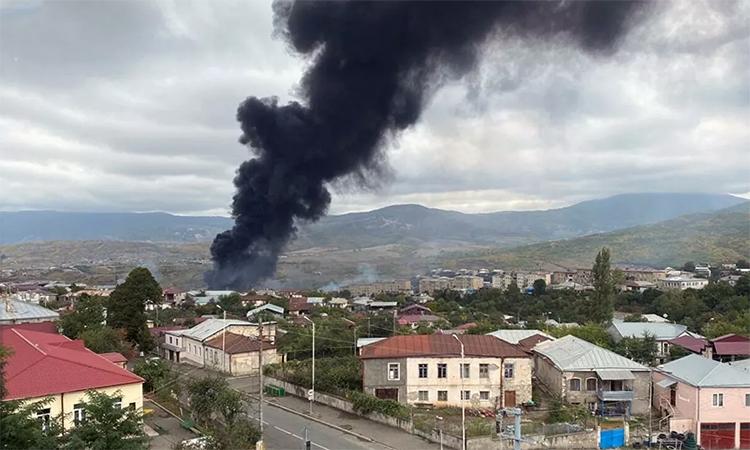 Khói bốc lên sau một vụ pháo kích nhằm vào Stepanakert, thủ phủ vùng