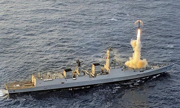 Khu trục hạm tên lửa Chennai của hải quân Ấn Độ phóng thử tên lửa Bramos. Ảnh: DRDO.