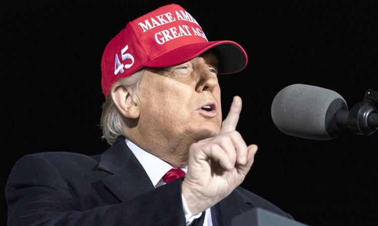 Tổng thống Mỹ Donald Trump trong cuộc mít tinh vận động tranh cử ở Wisconsin hôm 17/10. Ảnh: AP.