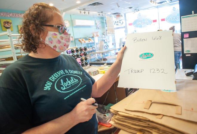 Bà chủ Kathleen Lochel tính tổng số bánh bán ra vào sáng 14/10. Ảnh: Courier Times.