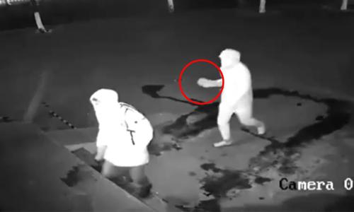 Tên trộm che mặt vẫn bị camera ghi lại - 2