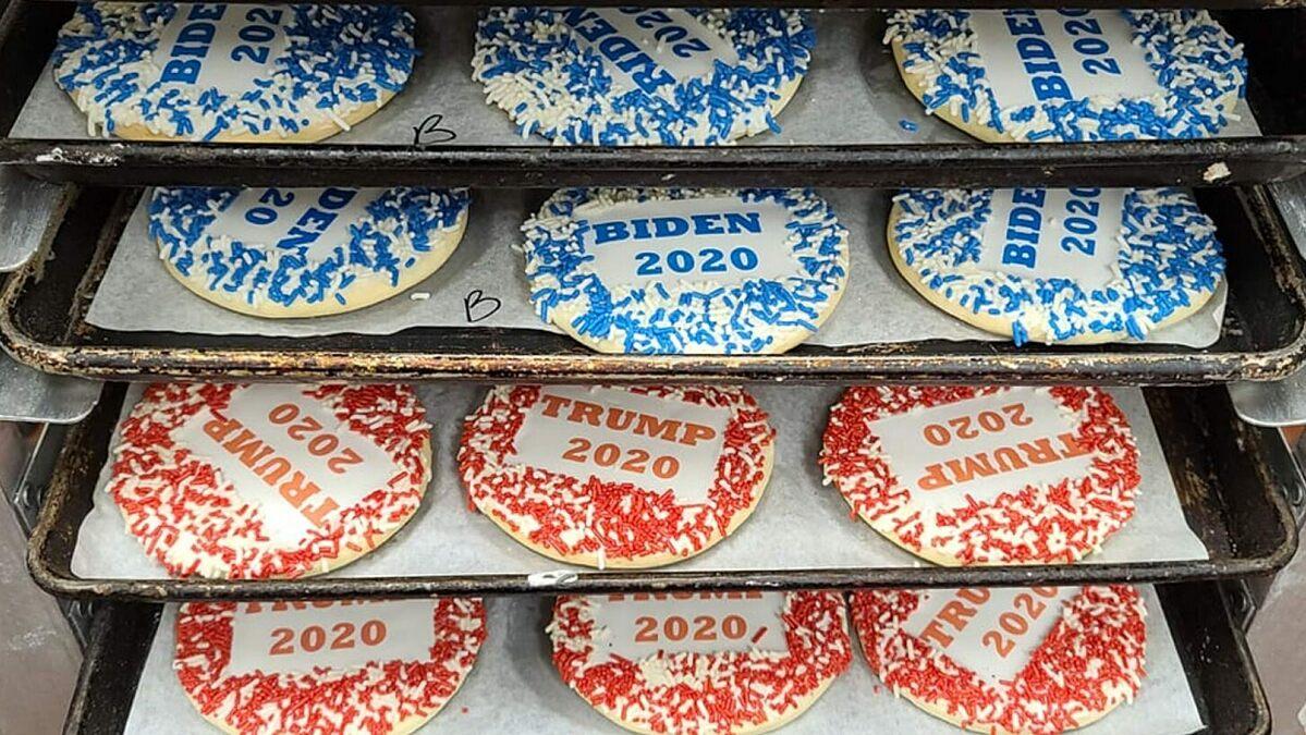 Hai mẫu bánh mang tên Trump 2020 và Biden 2020 có màu đỏ và màu xanh rất đắt khách trong mùa bầu cử năm nay tại tiệm Lochels. Ảnh: Lochels Bakery.