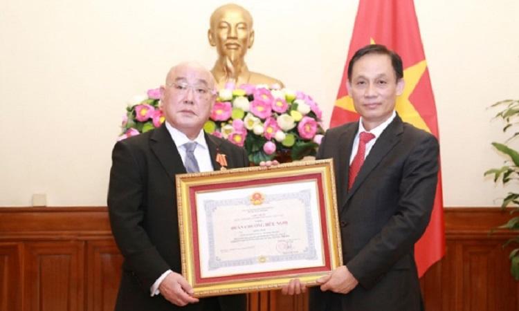 Cố vấn Iijima (trái) và Thứ trưởng Lê Hoài Trung trong lễ trao huân chương chiều 19/10. Ảnh: Bộ Ngoại giao.